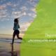 mujer corriendo por la playa en el amanecer