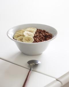 cereales de chocolate sin azúcar en un bol con plátano