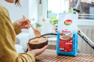 mujer con un bol de cereal quinoa